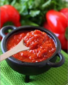 Италия. Кухня. Готовый овощной соус из сладких перцев