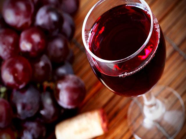 """Насыщенный цвет вина марки """"Марсала"""". Итальянское вино"""