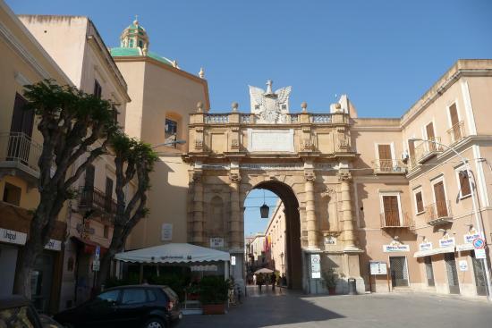 Ворота Гарибальди в Марсале. Архитектура Италии