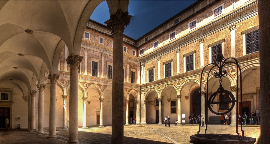 Палаццо Дукале в Урбино. Внутренний дворик