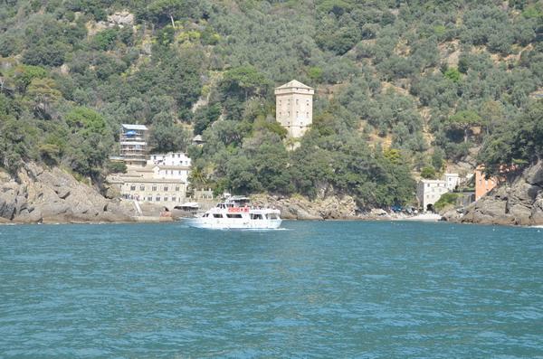 Охранная башня Торре Дориа возвышается над бухтой Сан-Фруттуозо
