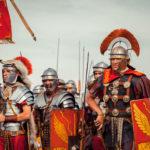 Римская армия. Легионеры и центурион.
