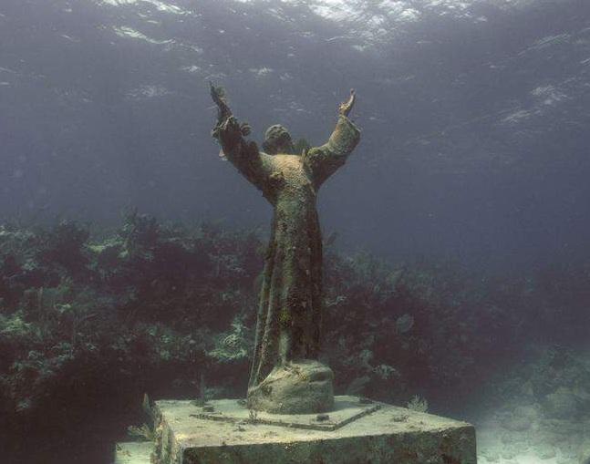 Из пучины молится за всех погибших моряков Иисус Христос