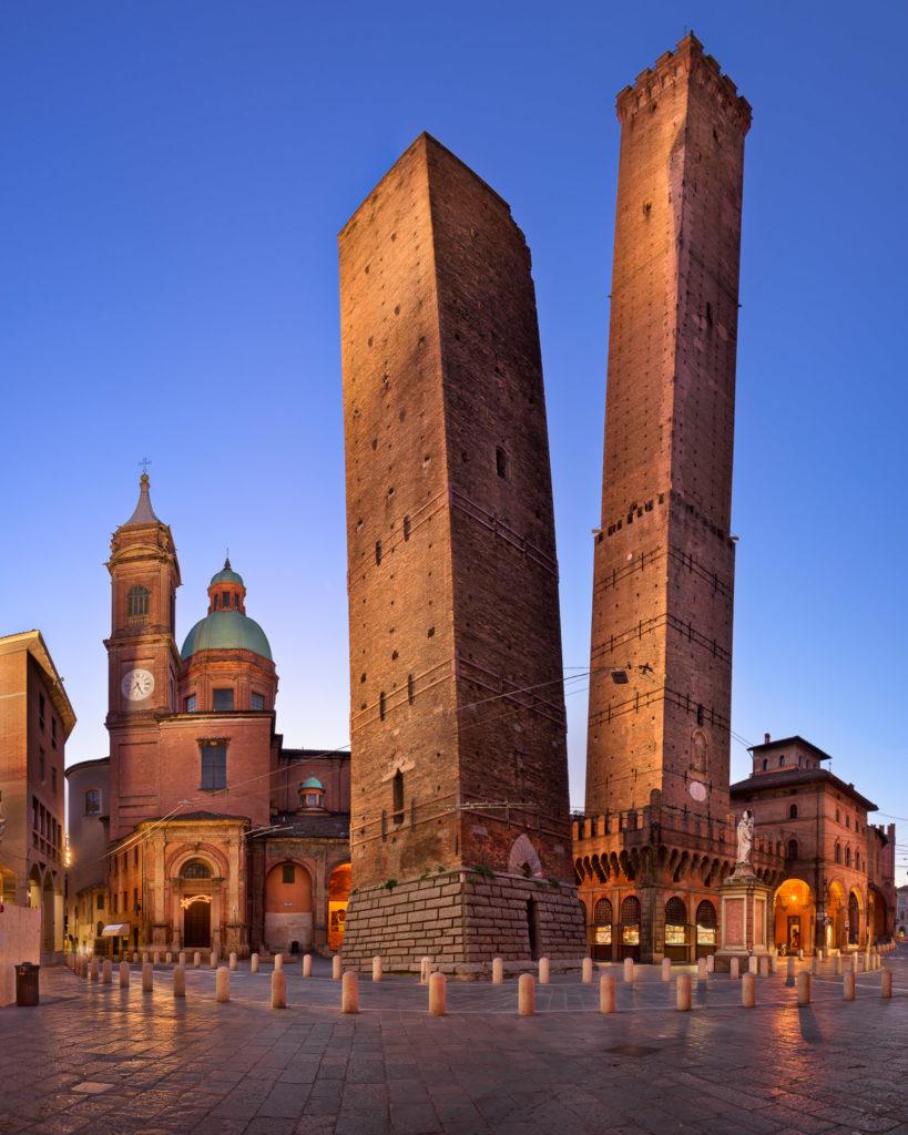 Две башни Гаризенда и Азинелли и церковь Сан-Бартоломео.