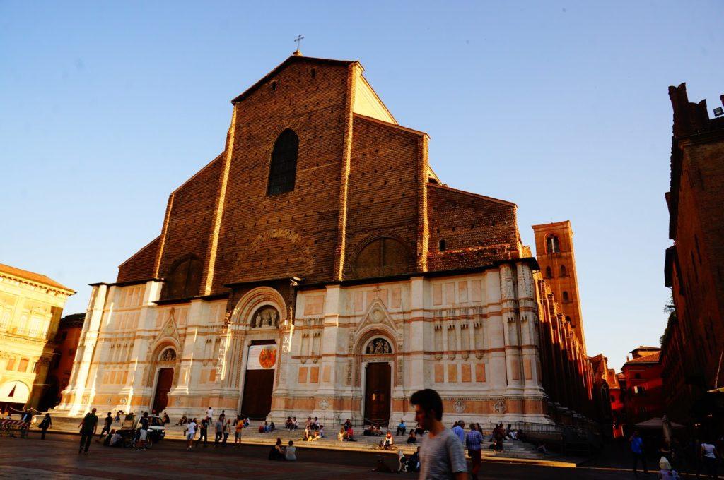 Базилика Сан-Петронио в Болонье. Вид сбоку. Экстерьер