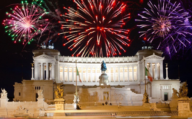 Праздничный салют в новогоднюю ночь в Риме
