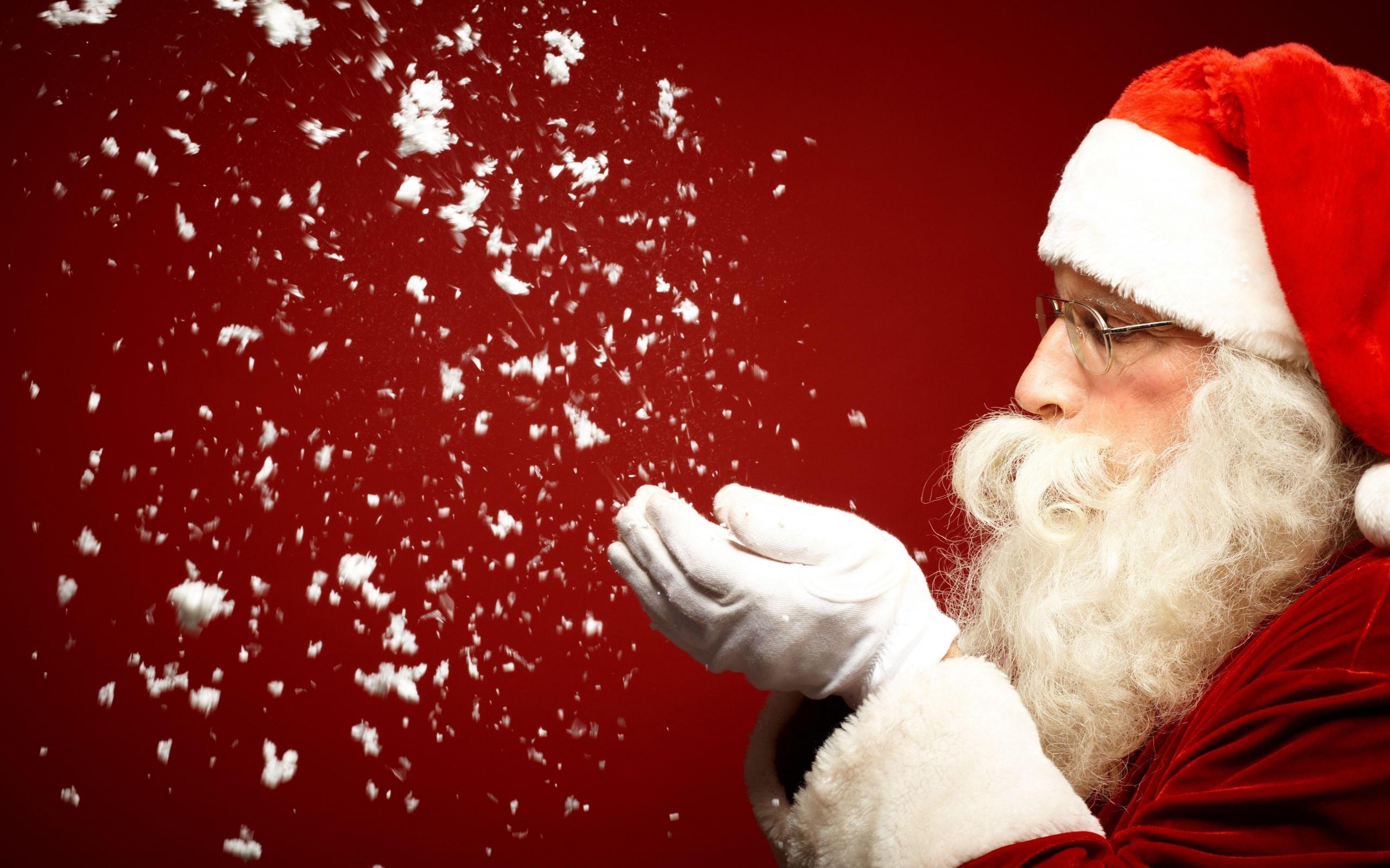 Санта-Клаус наметает счастья в дом