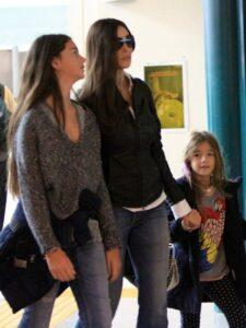 Семейная идиллия. Моника Беллуччи с дочерьми.