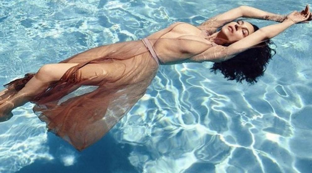 Моника Беллуччи. Горячее фото в бассейне в 52 года.